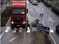 Střet chodce s kamionem ve Slatiňanech.