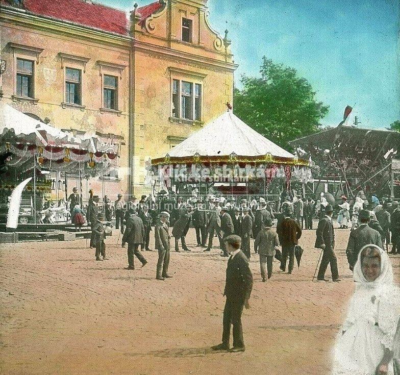 Kolotoče a houpačky před okresním domem čp. 12/II na Tyršově (tč. Michalském) náměstí během Salvátorské pouti v prvním desetiletí 20. století