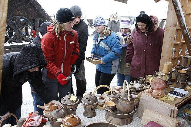 NEDĚLNÍ JARMARK provázela chumelenice, ale vytápěné chaloupky i  hospůdka Na Vejminku poskytovaly návštěvníkům možnost zahřátí. Hodně lidí zavítalo na Veselý Kopec za nákupy tradičního českého zboží inspirovaného lidovou tvořivostí.