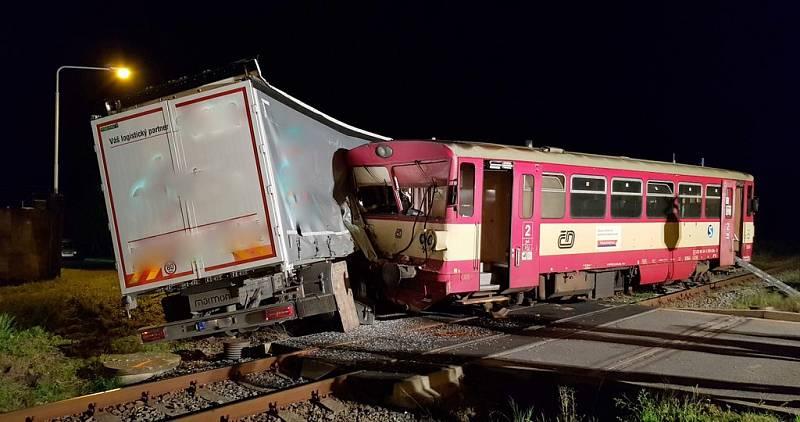 Střet vlaku s plně naloženým kamionem zablokoval dopravu na trati Třemošnice - Čáslav