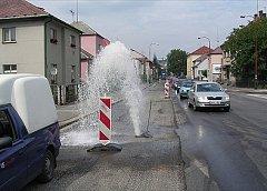 Gejzír v ulici Obce Ležáků.