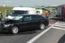 Na obchvatu Chrudimi u sjezdu do průmyslové zóny se srazilo osobní auto s dodávkou.