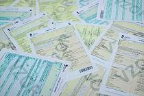 TŘI BARVY SČÍTACÍCH ARCHŮ. Takto vypadají předtištěné sčítací formuláře. Každá domácnost dostane dva až tři druhy – zelený sčítací list osoby (v počtu členů domácnosti včetně kojenců), žlutý (každá domácnost jeden), případně i oranžový domovní list