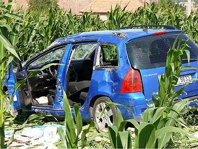 Zdemolovaný vůz skončil v poli.