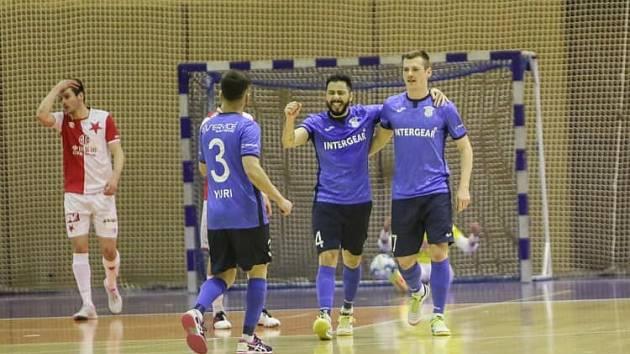 První formace Chrudimi zlomila Slavii dvěma góly. Na snímku Yuri (zády), Everton a Jaroslav Kubát.