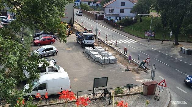 Rekonstrukce chodníku vedoucího kolem Městského úřadu ve Slatiňanech stála něco přes milion korun.