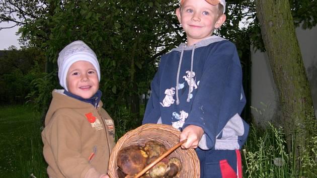 Ondřej Dejdar  (větší) a Lukáš Stehno se při hledání hub v lesích v okolí Žumberka vyznamenali