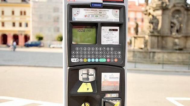 Majitelé elektromobilů jsou v Chrudimi osvobozeni od placení parkovacích poplatků.