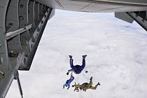 INSTRUKTOŘI výsadkové přípravy spolu s polskými kolegy při hromadném výskoku.