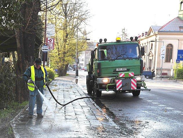 Na snímku čištění chodníku v Pardubické ulici.