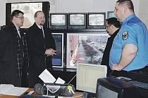 Předseda poslaneckého klubu ČSSD Jeroným Tejc si prohlédl se svými spolustraníky pult centralizované ochrany.