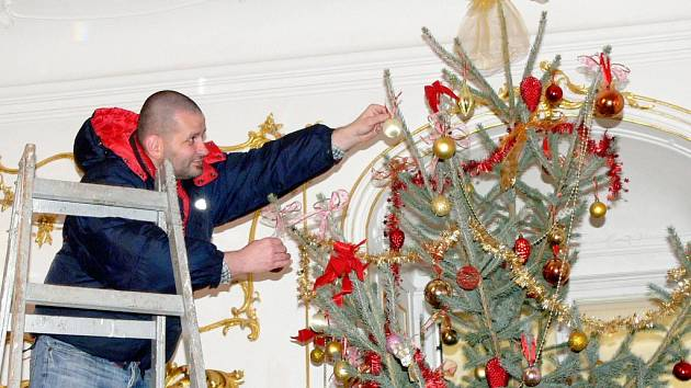 Vánoční strom v salonu zámku Slatiňany.
