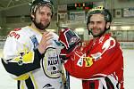 Hrdina utkání s Táborem a posila HC Chrudim Patrik Fořt (vpravo) se před utkáním s Kadaní vítá se soupeřem.