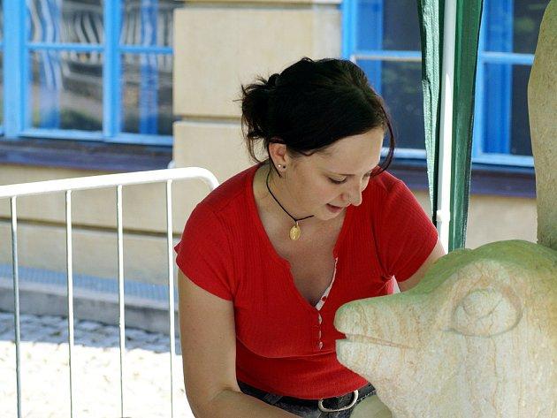 Chrudim hostí i letos sympozium mladých sochařů. Občané i návštěvníci města tak mohou přímo pozorovat, jak vzniká socha.