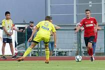Tomáš Dostálek (v červeném) vsítil ve Varnsdorfu premiérovou branku za Chrudim ve druhé lize.