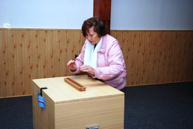Z volební místnosti v Prachovicích.