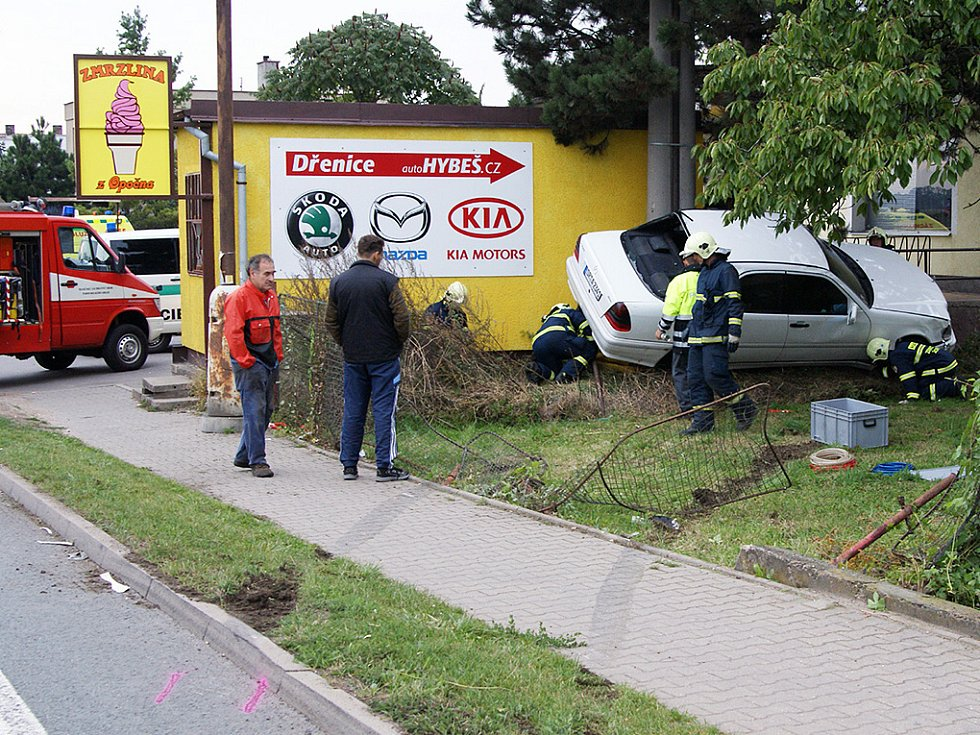 V chrudimské části Markovice došlo v úterý krátce po půl šesté hodině večerní k havárii mercedesu. Ve voze byla tříčlenná posádka z Německa. Řidič mercedesu zrovna předjížděl, když mu do cesty z vedlejší vjelo jiné auto. Dvě osoby byly lehce zraněny.