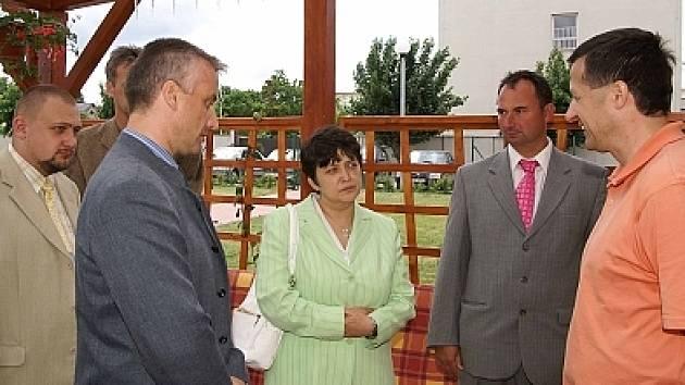 Ministryně Džamila Stehlíková při návštěvě Slatiňan.