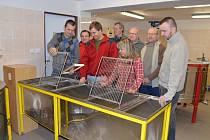 Studenti 1. ročníku dálkového studia učebního oboru Včelař se sešli v nasavrcké škole při konzultaci k předmětu Biologie včely medonosné.
