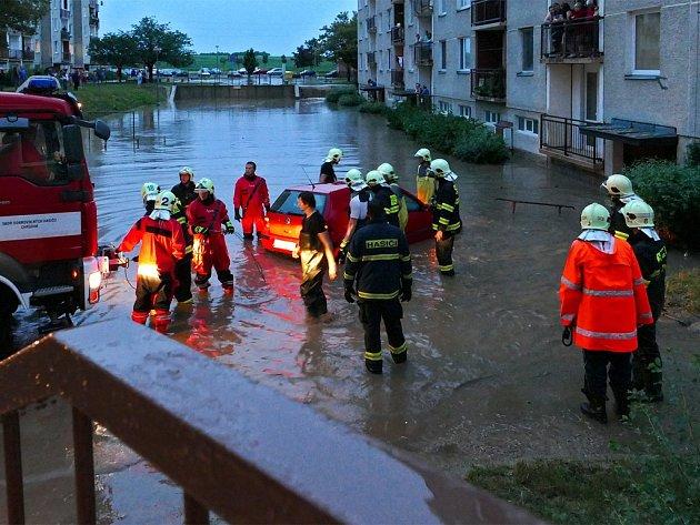 Lokální záplavy v červnu 2015: V Chrudimi Na Šancích vzniklo malé jezero. Silnice na Topol byla  zcela neprůjezdná
