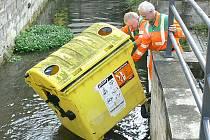 Vandalové vhodili kontejner na plasty do řeky, odkud ho museli vytáhnout zaměstnanci technických služeb.
