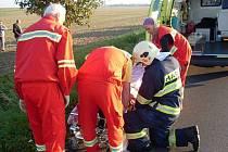 Řidič pravděpodobně nezvládl vozidlo a dostal smyk. Poté se několikrát převrátil a skončil na poli na střeše.