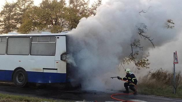 Shořelý autobus skončil svou jízdu v Chrasti-Skále.