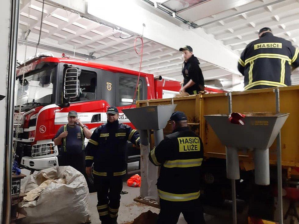Kluci, držte se. vzkazují lidé hasičům