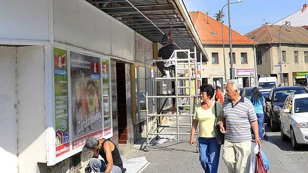 Z oprav markýzy v ulici Čs. partyzánů.