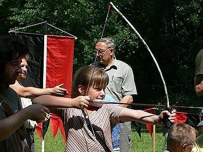 Děti si mohly vyzkoušet lukostřelbu.