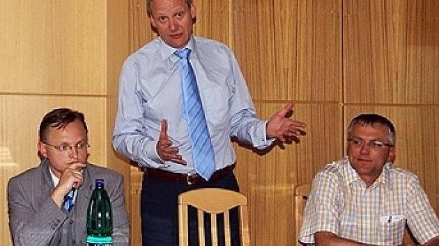 Ministr Cyril Svoboda (KDU-ČSL) odpovídá na otázky při návštěvě Chrudimě.