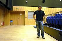 Dřevěná podlaha dostává po každém plesu zabrat. Na snímku je programový referent MFC Petr Sedlák.