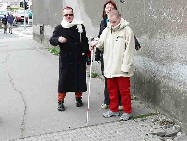 Díry v chodníku komlikují lidem s bílou holí život.