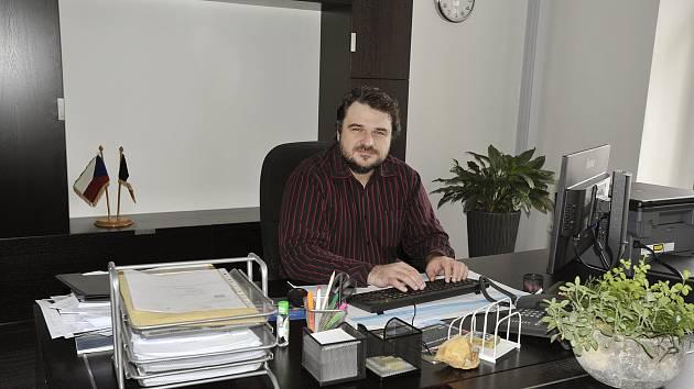 František Pilný ve své pracovně na chrudimské radnici