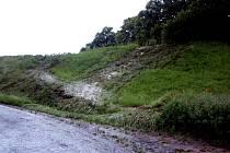 Ulicemi chrudimské místní části Topol se valila voda a bahno.