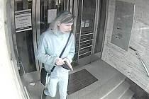 Policisté by rádi mluvili s ženou, kterou zachytila kamera u bankomatu.