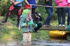 Dědek Doubravák zamyká pro letošní sezonu řeku Doubravu.