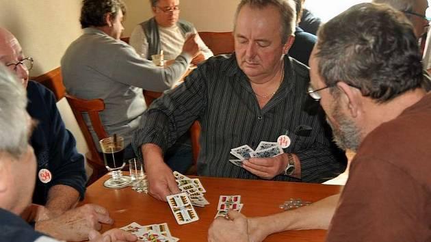 """Mariášový turnaj """"U Ajšíra"""" ve Studnicích trval celých šest hodin."""