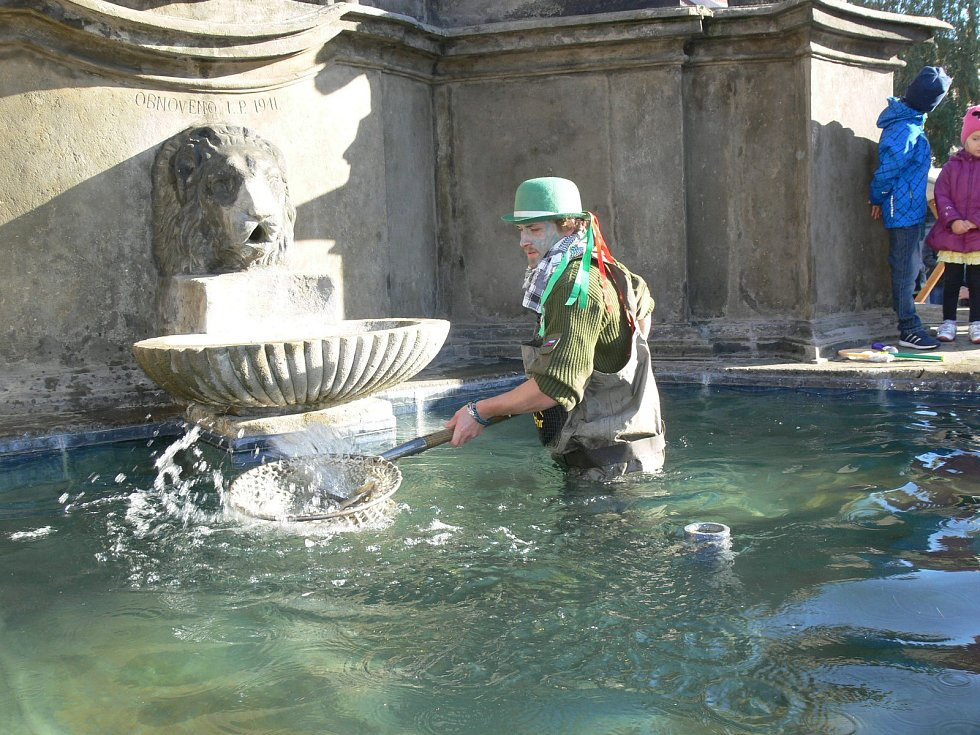 Rybí jarmark na Resselově náměstí v Chrudimi.