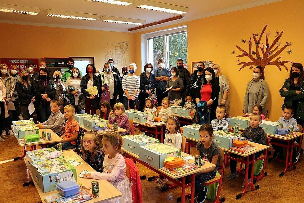 V Heřmanově Městci přišel děti pozdravit starosta a krajský radní Josef Kozel. Prvňáčci dostali od města dárky.