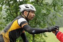 OBČERSTVENÍ. Zatímco v předchozích letech svatý Petr tomuto tradičnímu závodu horských kol, který je součástí seriálu Kolo pro život, obvykle přál, tak při sobotním 14. ročníku MTB Maratonu Manitou Železné hory Škoda Auto si nepřízeň vynahradil.