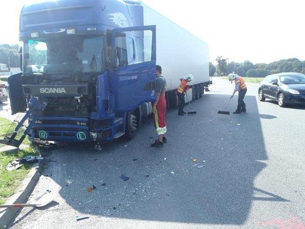 Při střetu osobního automobilu Volkswagen Golf snákladním automobilem značky Scania byla jedna osoba zraněna.