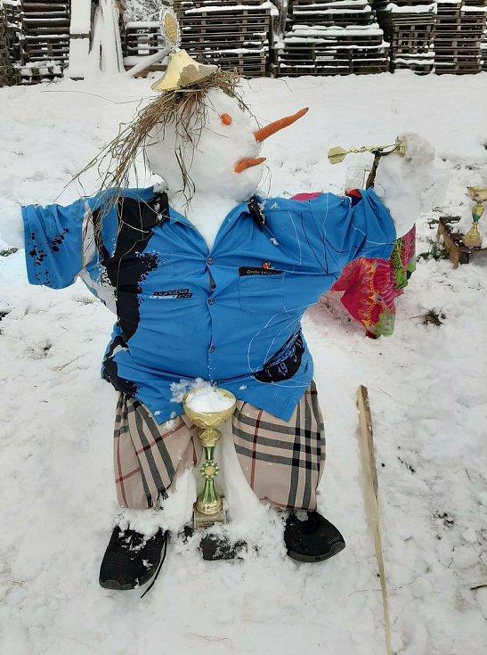 Lidé se baví stavěním nápaditých sněhuláků