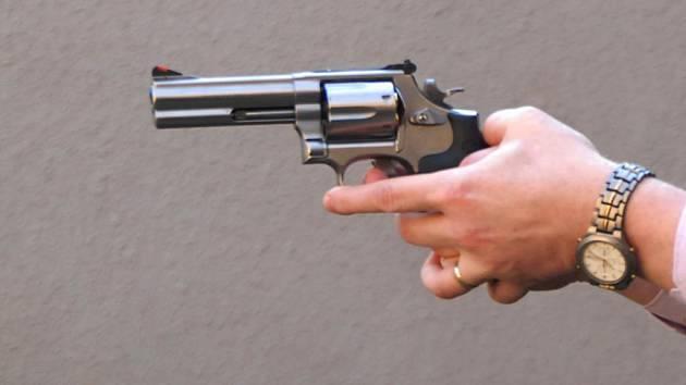 Lupič se zbraní přepadl obchod s oděvy
