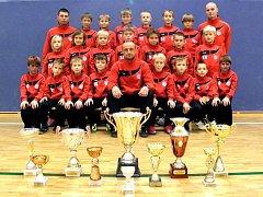 Fotbalové naděje MFK Chrudim (ročník narození 2004) s trofejemi, které získaly v ročníku 2012/13.
