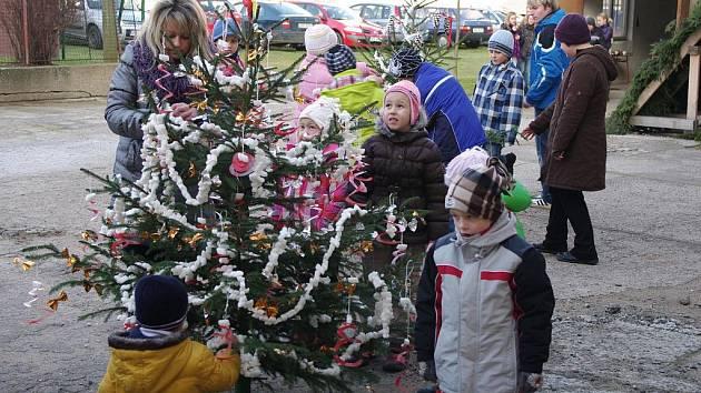 Ke zdobení vánočního stromku se přidali i žáci skutečských škol a školek.