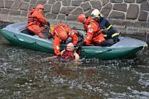 Profesionální hasiči z Chrudimi trénovali záchranu tonoucího z jezu.