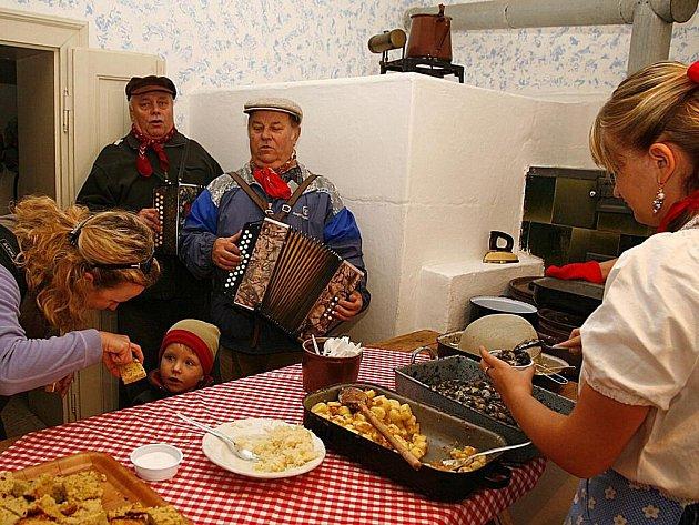 Ve skanzenu na Veselém Kopci u Hlinska zavoněly brambory. Konala se zde tradiční Bramborová sobota. Snímek z minulého ročníku.