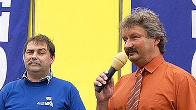 Na otázky redaktora Marka Nečiny (vlevo) odpovídí starosta Heřmanova Městce Aleš Jiroutek.
