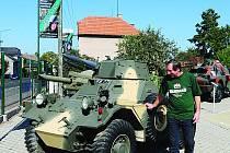 RAKETY, KANÓNY a  obrněné transportéry už nějakou dobu lákají kolemjdoucí v centru Slatiňan.